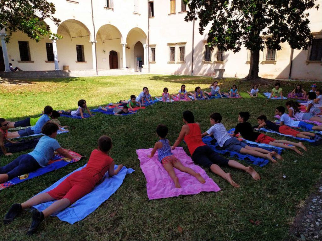 Yoga Educativo all'aperto con bimbi ed adulti sul prato
