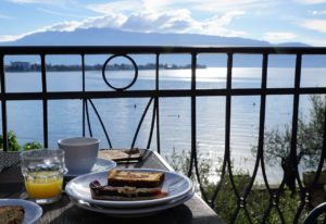 colazione all'aperto vista lago