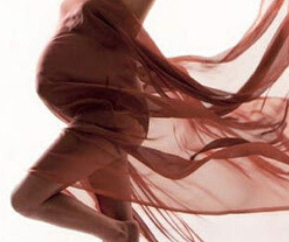 Gravidanza e Danzaterapia con velo rosa su fondo bianco